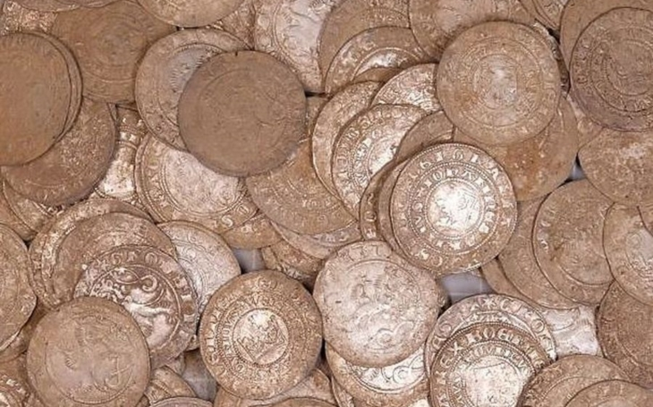 158 pražských grošů a zlomky keramické nádoby nezměrné ceny. Nálezce odevzdal do muzea poklad ze 14. století