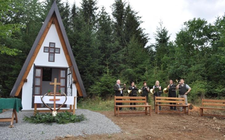 Atmosféru doplňoval soubor mysliveckých trubačů… Vyklantice zdobí nová kaple svatého Huberta