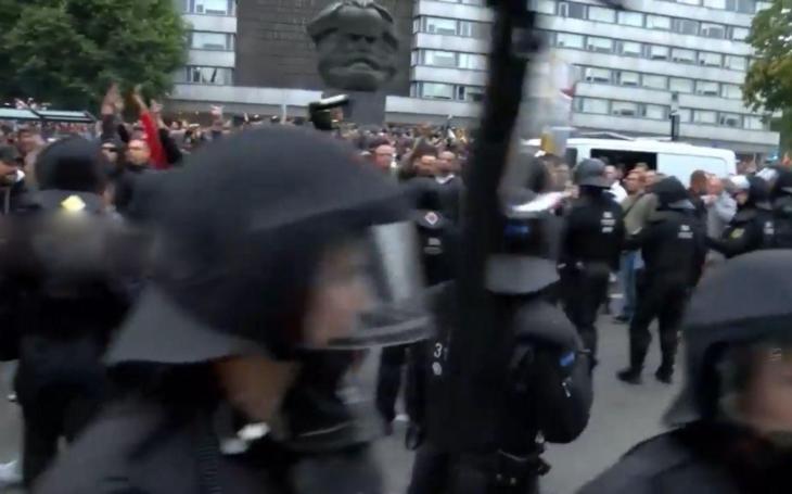 Na vlastní oči v saském Chemnitz: Hon na migranty? U Marxe klid. A co takhle hoši imigrantští  pracovat?