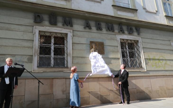 Divadelníka, politika a olomouckého rodáka Pavla Dostála připomíná nová pamětní deska