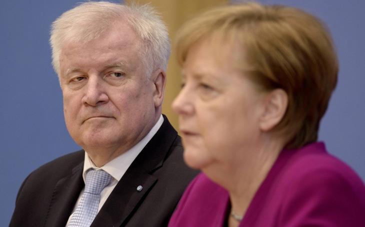 Bavorský ministr vnitra potopil Merkelovou. Migrace je matka všech problémů