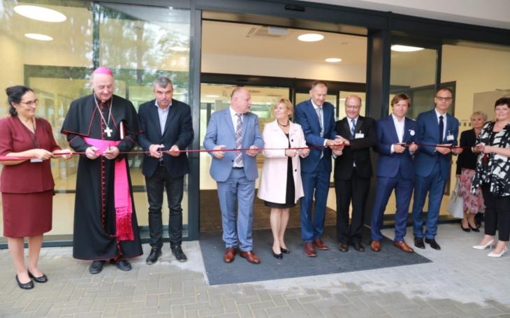 První energeticky úsporná klinika v Česku. Otevřela ji Olomoucká fakultní nemocnice za účasti arcibiskupa