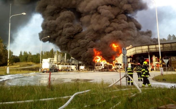 V pondělí hořel sklad s ropnými produkty u Loukova na Kroměřížsku, máme unikátní letecké foto