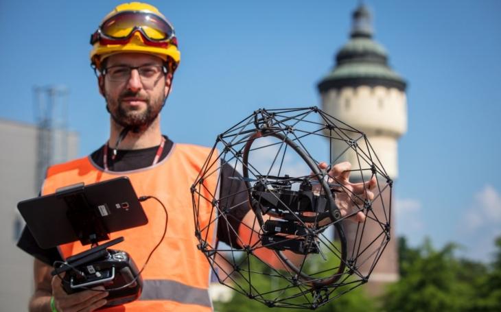 Nebezpečné, ale i užitečné. Drony sbírají informace a upozorňují na rizika. V Plzni je nasadili na halu Prazdroje