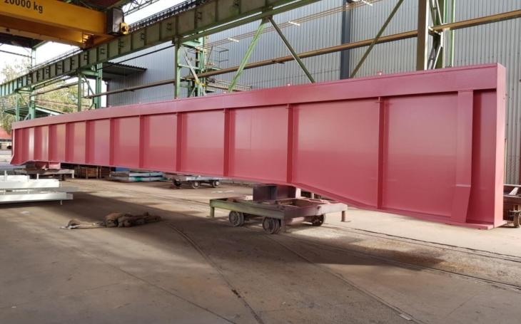 Překvapivě to nevypadá špatně… Dluhonský most má nevšední barvu, sytě růžovou. Na jeho sestavení použili tisíc šroubů