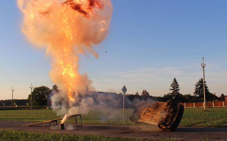 Otočení auta na střechu výbuchem nebo proražení hořící stěny s kaskadérem na kapotě… Skaštice zažily adrenalinovou neděli s kaskadéry