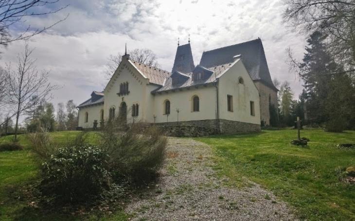 Putování za monumentální rozhlednou a kostelem, z něhož se stala ložnice. Český poutník