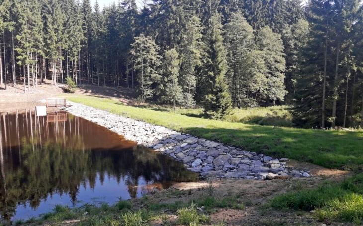 Zadrží vodu a prospějí krajině, rostlinám i živočichům… Lesy ČR obnovily další tři vodní nádrže, tentokrát na Vysočině