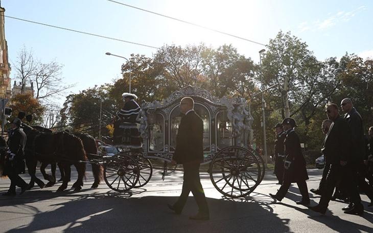 Úřady nedokázaly zabránit megalomanské demonstraci přepychu. Viníka tragické nehody vezli v pohřebním kočáru. Matka oběti to nemohla unést