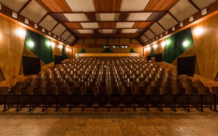 V kině Mír jsem poprvé viděl Terminátora, vzpomíná starosta. Sedačky ze zavřeného kina budou hrát v ostravské inscenaci