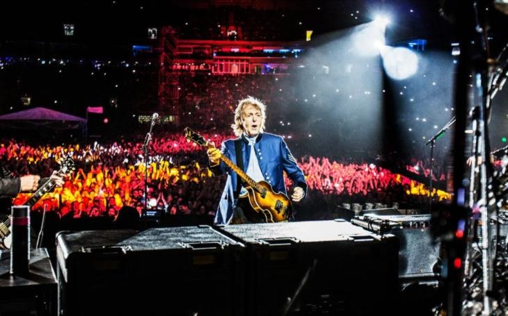 Paul McCartney oslavil šestasedmdesáté narozeniny a s novinkou dojel až do Egypta. (P)alba Thomase Landerse