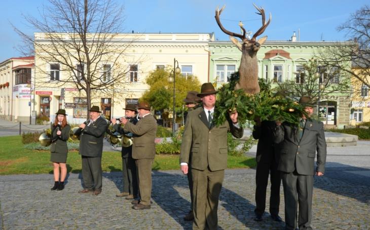 Slavnostní průvod v čele s jelenem desaterákem… Myslivci se opět sešli k oslavám svého patrona sv. Huberta