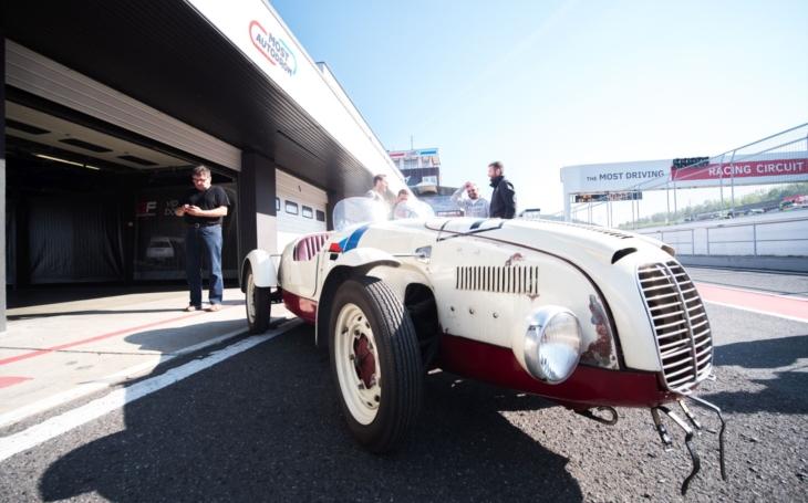 Auto ze čtyřiadvacetihodinovky Le Mans 1949, kde skončilo druhé, se má vrátit na místo činu, parta nadšenců se pustila do práce