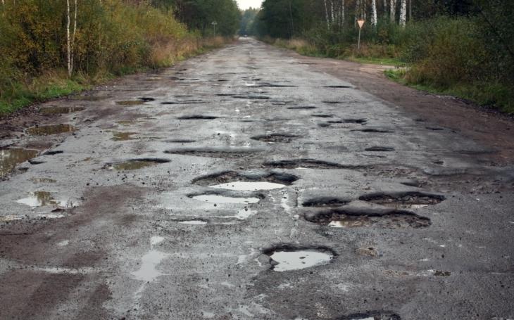 Nejhorší ďuzna v republice? ´Vítězem´ je výmol ve Lhotě Rapotina. A jak na škodu po srážce se silnicí?