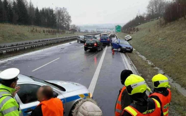 Západ Čech paralyzovalo počasí. Lidé zůstali uvěznění doma a na silnicích, v kolonách uvízli i záchranáři s rodičkou