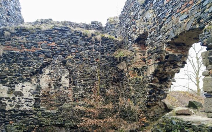 Hrdlořezi, loupežníci, ochmelkové a lapkové, zkrátka rozkoš 15. století. Teď je na místě zřícenina kdysi hrdého hradu. Český poutník