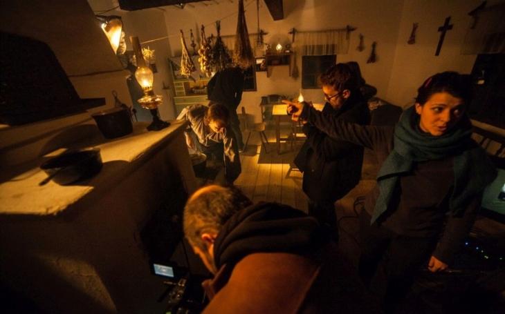 Napínavé drama s názvem Po celou noc s třemi americkými herci… V rožnovském skanzenu natáčel česko-bulharský štáb