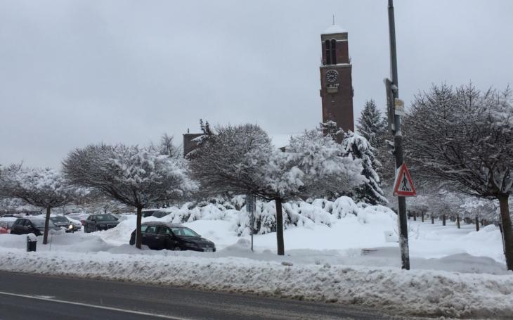 Je holt zima… Liberecko zasypal sníh, ale poslední silnici na Smědavu otevírají v poledne. V Jablonci ho mají již přes metr
