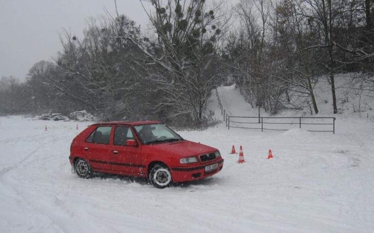 Zimní jízdy zručnosti odstartovaly, tentokráte na sněhu. Do automobilových závodů se mohou zájemci stále hlásit