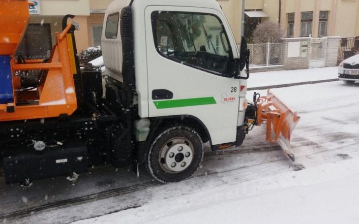 Bleskové sněžení ochromilo část kraje. Silničáři nasadili veškerou techniku a situaci zvládli