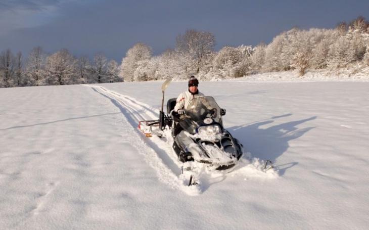 Upravil je na sněžném skútru sám místostarosta. Frýdlant připravil čtyři okruhy běžkařských stop