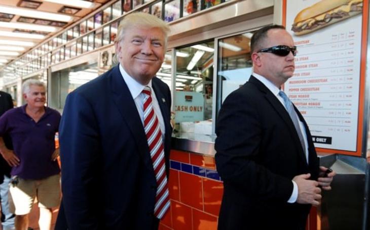 Trump ujíždí na hamburgerech a kuchyň Bílého domu mění ve fastfoodovou vývařovnu. Sobota Pavla Přeučila