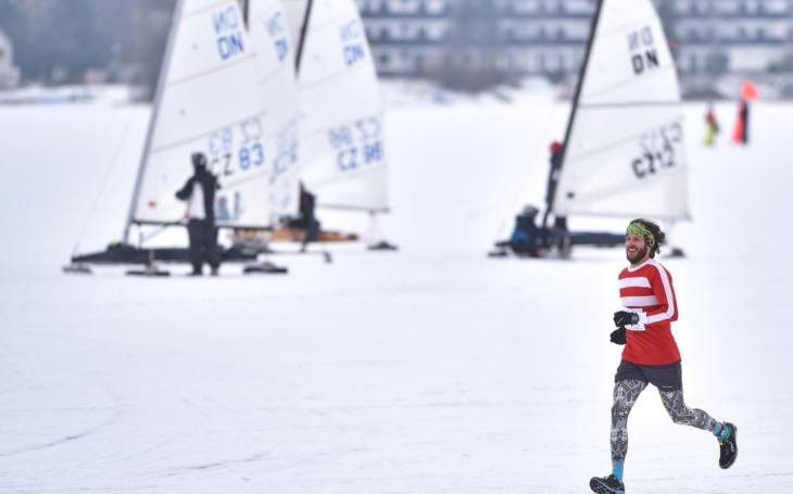 Ledová trať a bílá tma pro maratónce; běžce, ale i bruslaře, lyžaře, cyklisty, kite i ledovou jachtu. Lipno Ice Marathon již za dva týdny