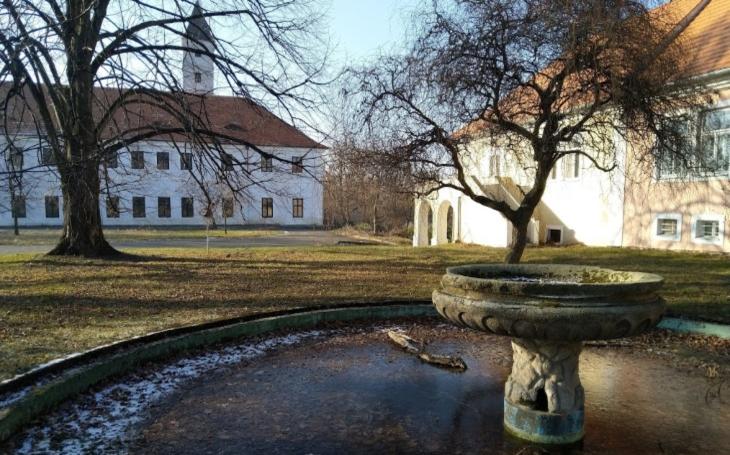 Záhadná grotta vzámecké zahradě a Jelení tunel, kterým by jelen jen těžko prolezl… Český poutník