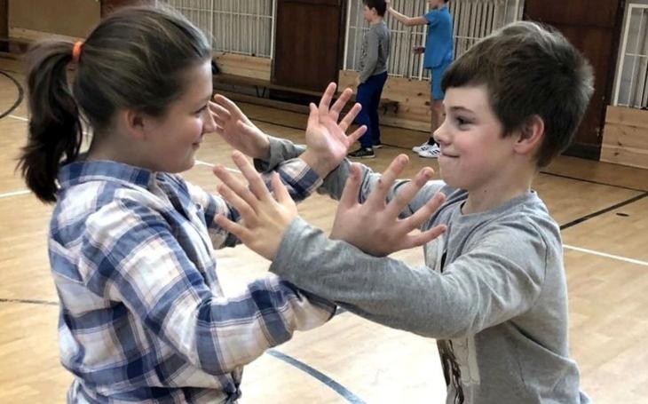 Pardubičtí studenti vám nakopou zadel, chvaty karate. Kraj má projekt Stop násilí na školách