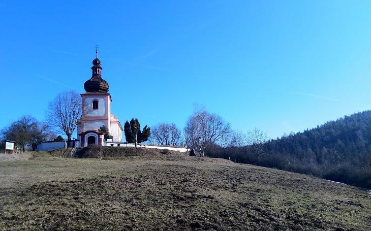Zaniklé hradiště a romantický kostelík – místo pro setkávání s minulostí. A předjaří ve vzduchu. Český poutník