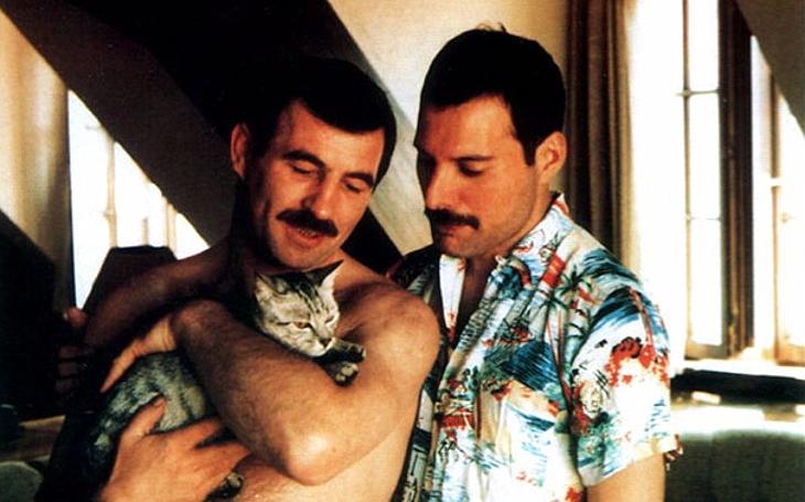 Freddie Mercury miloval kočky. A víte, co se říká o milovnících koček... Tajnosti slavných