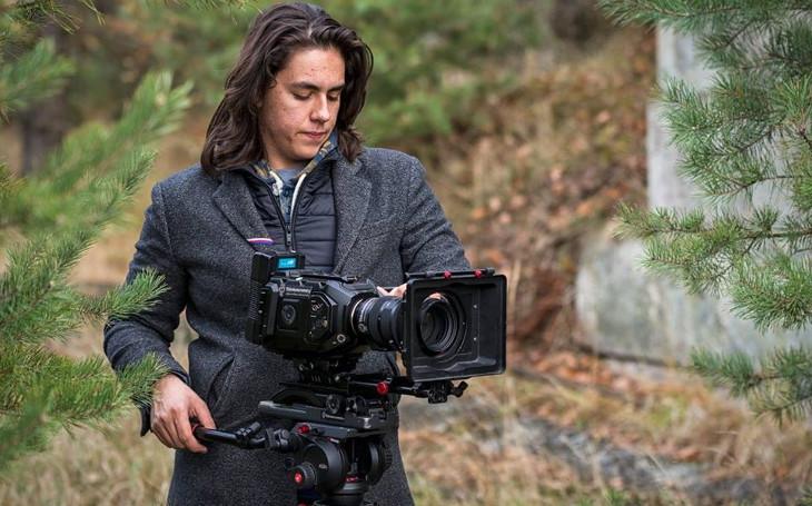 Je mu teprve 18, vypadá jak model a už režíruje hvězdy šoubizu... Nová filmová naděje pro ten náš český rybníček