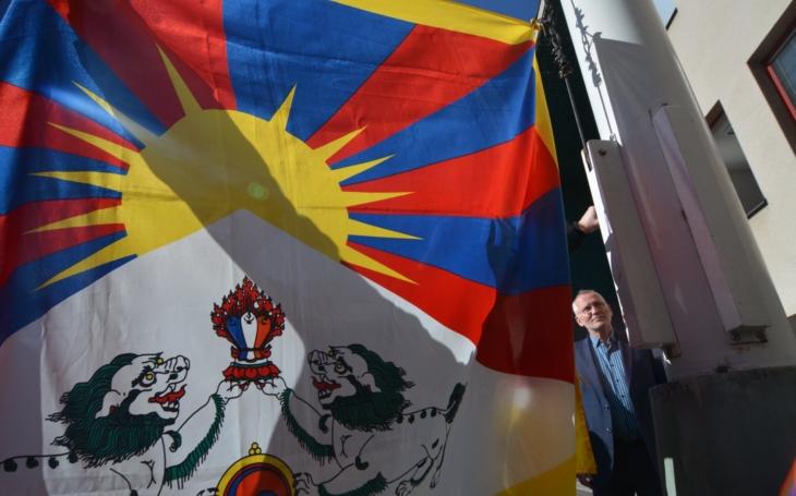 Za vyvěšení vlastní vlajky je zavřou do vězení… Na krajském úřadu zavlaje tibetská vlajka. A co okupovaný Tibet?
