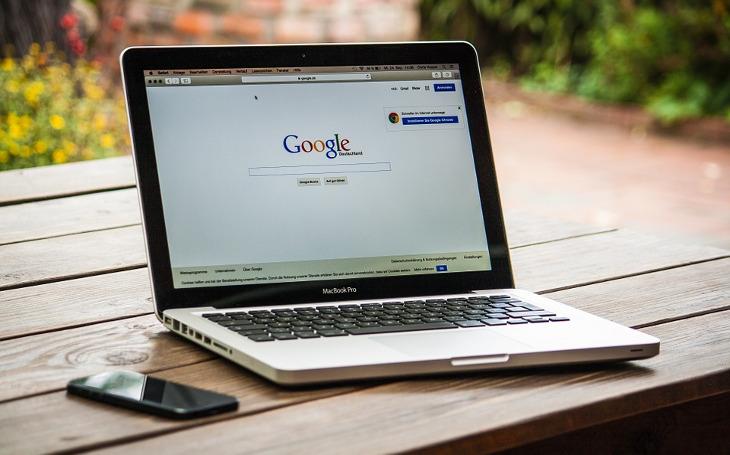 Pojistka pro internetové giganty a zabíjení svobody internetu aneb Jak se EU střílí do nohy. Komentář Štěpána Chába