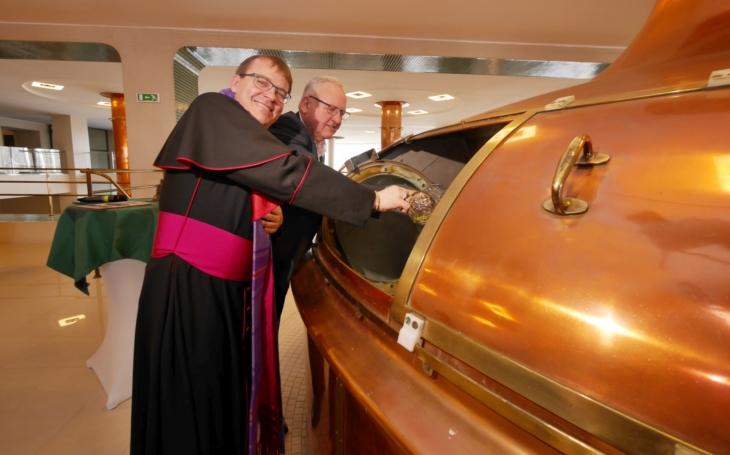 Plzeňský biskup řeší i ´veselejší´ věci než sexuální násilí v církvi. Požehnal velikonoční várce plzeňského pro papeže