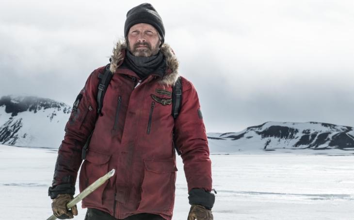 Ve filmu Arctic: Ledové peklo se bojuje o život beze slov, nuda ale nehrozí. Premiéry Pavla Přeučila