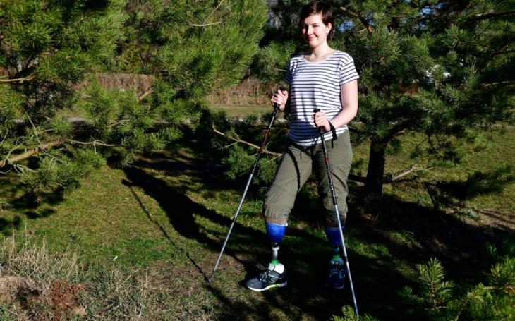 Měly to být super prázdniny, změnily se ale v noční můru, Eva má amputované obě nohy. Letošní výstup na Sněžku je právě pro Evču