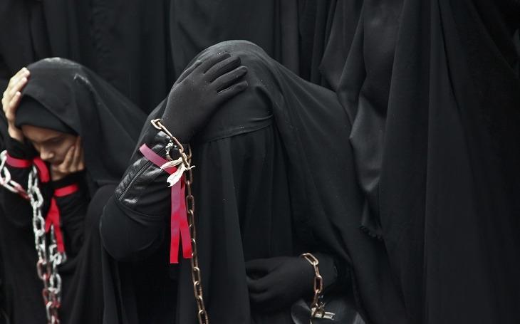 Hit letošní módní sezóny – burka, hidžáb, čádor. Boj proti útlaku se vede jeho propagací. Komentář Štěpána Chába