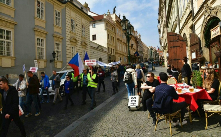 Taxikáři v Praze protestovali za návrat do jeskyní. Komentář Štěpána Chába