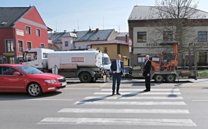 Začala rekonstrukce křižovatky, od Pardubic a na Hradec se pojede přes střed města. V Holicích se připravili na nápor