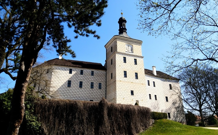 Na zámek, kde nestraší bílá paní, ale pohnuté dějiny šlechtických rodů. Český poutník