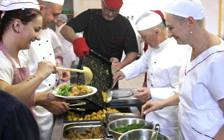 Vepřová líčka na zelenině, jako moučník makovec s hruškami... Ve školní jídelně vařili podle receptů našich babiček