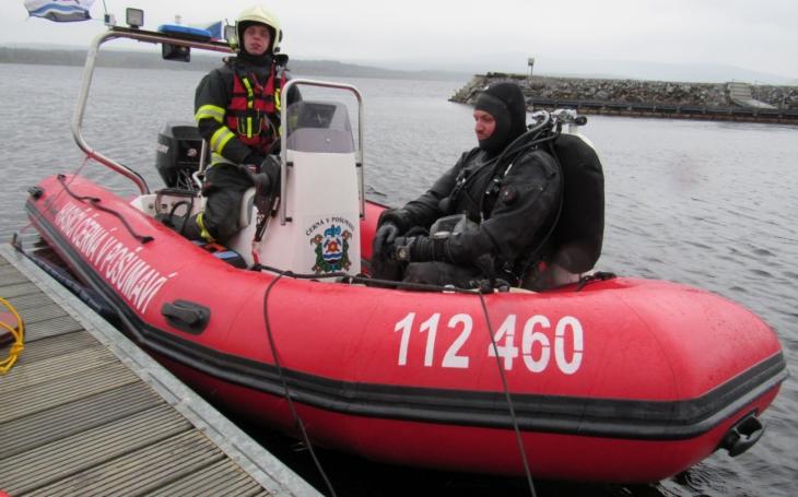 Pod vodou, na dně Lipna, leží již 61 let. Podaří se ho českým a rakouským záchranářům objevit a dostat na břeh?