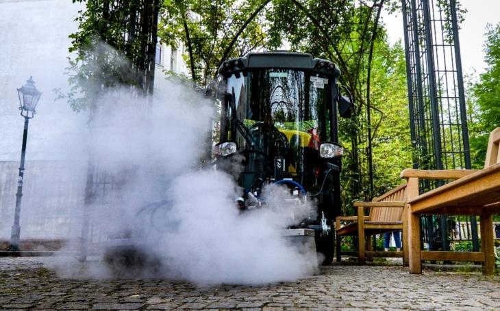 Vlezlý plevel, po zimě špinavé lavičky a ta ohyzdná graffiti… Vše pořeší chytrá mašina, chrlící horkou páru