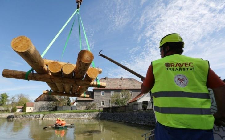 Dřevo na opravu krovů plave v zahořanském rybníku… Historický dům na náměstí se chystá na opravu netradičně