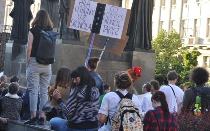Lidé protestují proti Babišovi, ale zapomínají na další viníky. Kdo mu dal zelenou kartu?