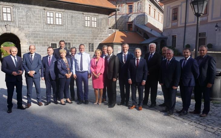 Hejtmani jednali spředstaviteli slovenských krajů o přímé volbě županů, financování sociálních služeb i o zajištění veřejné dopravy