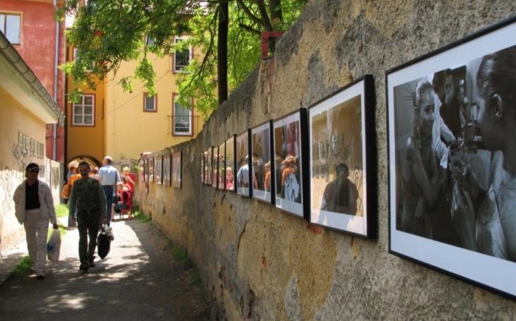 Proslovy papalášů a uřvané kapely, Chebské dvorky jsou sice parádní, ale příliš krátké. Škoda