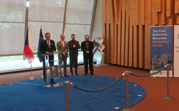 Od stříbrného českého tolaru k světovému dolaru. Výstava má úspěch v srdci Evropy, míří do OSN