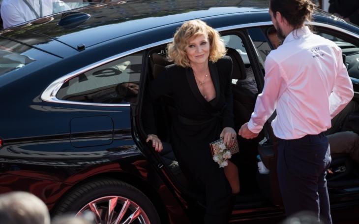 Záhada hlubokých dekoltů vs. nuda teplákové existence. Vary sice nejsou Cannes, přesto… A Billy Crudup? MFF Karlovy Vary